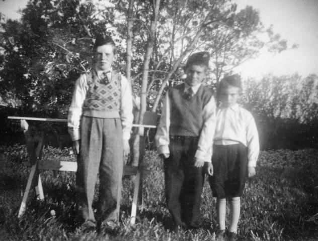 """Tre """"sorkar"""" från Frigges 348 RJ; från vänster Johan Johansson (1929-2010), Martin (1933) och Bengt (1936-2005)"""