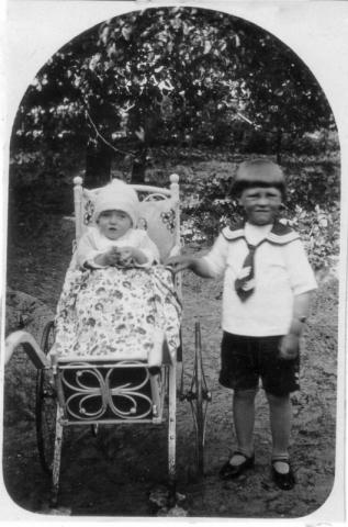Här gissar vi! I barnvagnen sitter Harald Norrby (1928), den kände målaren, och bredvid står hans storebror Hilding Norrby (1925). Mickelgårds 189 YM