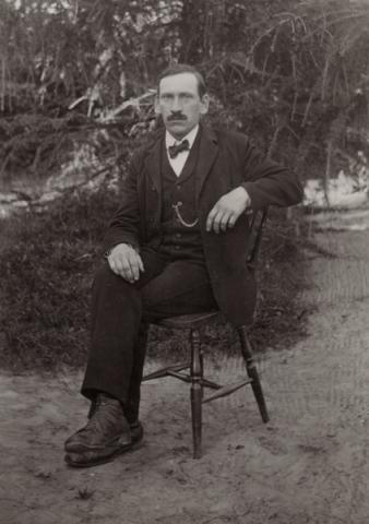 August Karlsson, född vid Mickelgårds 189, var en mycket anlitad fotograf som senare blev blind.