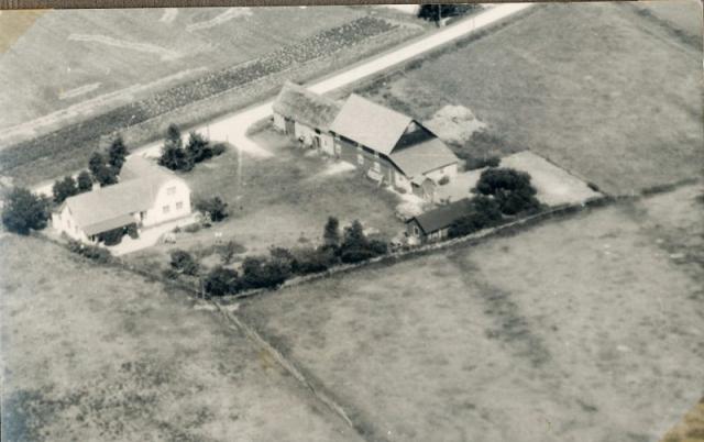 Flygfoto av Allmunds 872, som ägs av Karl-Johan Hallander, som driver ett välbesökt sommargalleri i ladugården varje sommar. Det har varit familjens gård i fyra generationer.