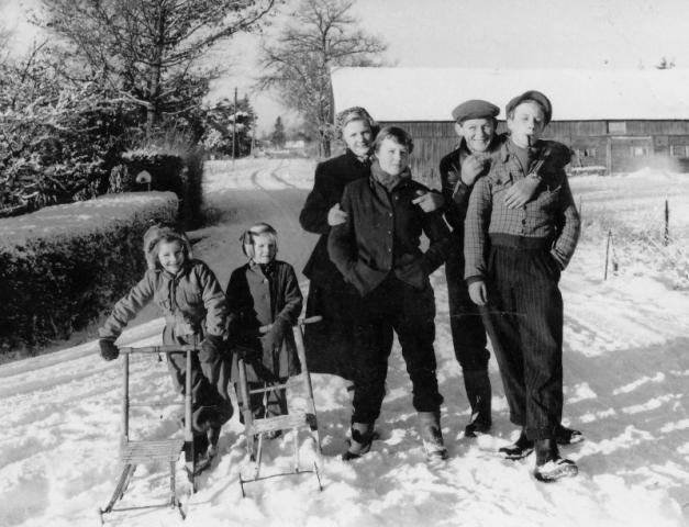 En härlig vinterdag; från vänster Maj Häglund Bomunds i Hammaren 522 (1948) senare Bergström; Lisbeth Karlsson Folke 537 KK (1940) gift Kristiansson; Lasse Karlsson Bomunds i Hammaren 549 HK (1936); Nisse Karlsson 537 KK (1936)