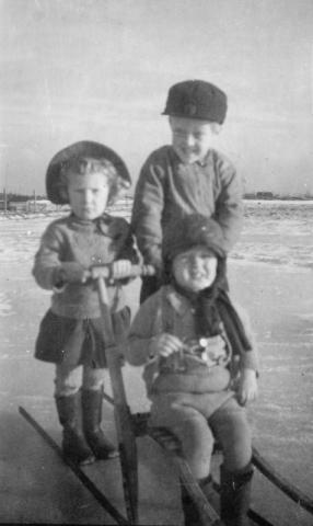 Vinter vid Rikvide: Dagmar Johansson vid Rikvide 625 GJ (1946) och bröderna i granngården Rikvide 623 HL stående Gilbert Larsson (1943) och sittande Lennart Larsson (1948)
