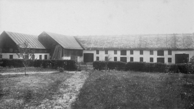 Ladugården vid Frigges 345 under Johan Pettersson tid. Han dog 1926. Idag ägs gården av Göran Larsson och Leni Hedin.