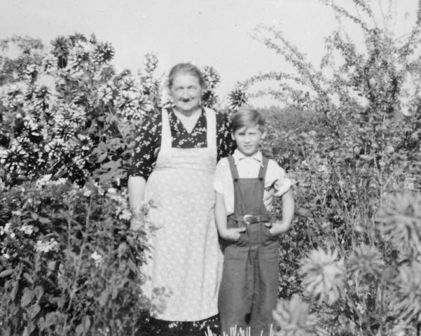 Bomunds i Hammaren 522 AH; Anna Dalby (1892), född Jakobsson vid Haltarve 213 Rja och sonsonen Ola Häglund (1945) Bomunds i Hammaren 522 AH