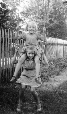 Finns det bara en gunga kan man ju vara två på den; Maj Häglund Bomunds i Hammaren 522 AH (1948), gift Bergström, med Lisbeth Karlsson Folke 537 KK (1948), gift Kristiansson, på axlarna.