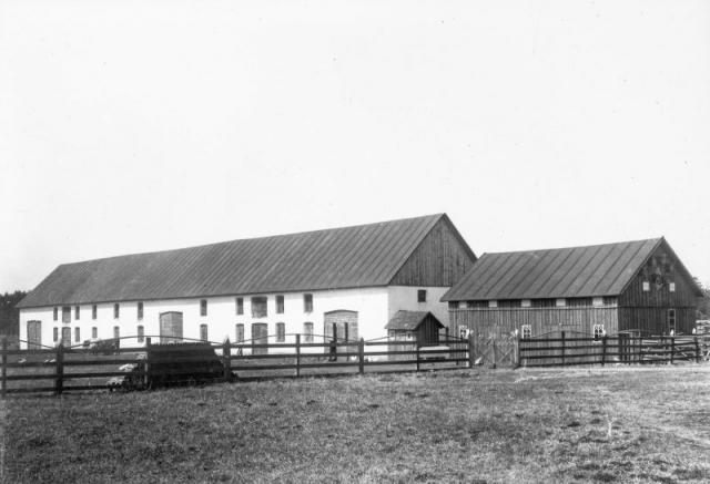 En äldre bild av lagården vid Gangvide 503 AK där idag Kickan och Per Karlsson bor.