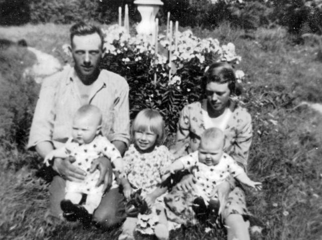 Hela familjen samlad vid Bomunds i Hammaren 526 KP; pappa Karl Pettersson (1911) och mamma Signe (1907), född Häglund vid Alvare 435 BS och de tre barnen från vänster Irma (1936), gift Jakobsson; Alvhild (1933); och Berit (1936).
