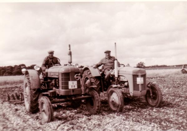 Två traktorer möts på åkern: till höger Josef Larsson Mickelgårds 393, född 1896 vid Hemmor 905; och till vänster Olof – Olle – Olsson Mickelgårds 181, född 1907.