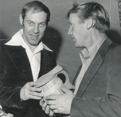 Allan Larsson Lau överlämnar en gåva till Allan Nilsson Alvare som tack för goda pärkkamper.