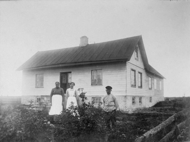 Folke 849, Sigvard Ahlkvist gård. Från höger hans farfar Johan Alkvist (1866), född vid Allmunds JA, och till vänster hans farmor Hilma Alkvist (1864), född Nilsdotter vid Husarve som tillsammans med sina föräldrar flyttade till Folke 849. I mitten troligen dottern Anna Karolina Elisabet (1897) eller den andra dottern Emma Gerda Lorentina (1899)