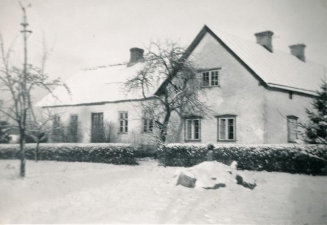 Vinterbild av Alvare 435 där Ulla Söderström och Bertil Schüberg växte upp.US_01A_027-Alvare-800×550