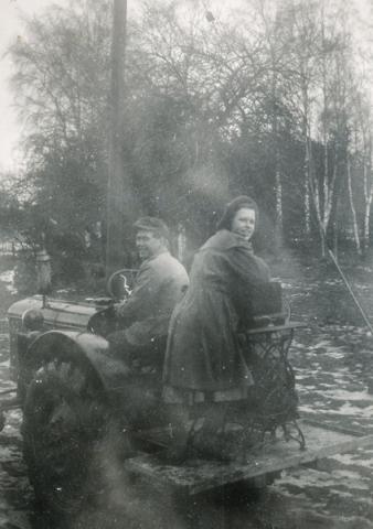 Bertil Schüberg Alvare 435, född 1931, och systern Ulla Schüberg, född 1936, gift Söderström Folke 845, transporterar symaskin.
