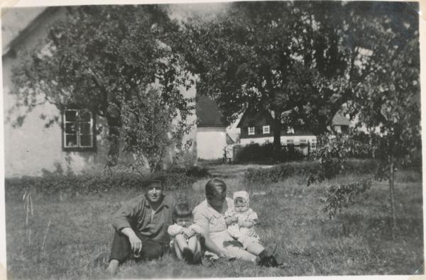 Alvare 435 med Edvin Schüberg, född 1904 på Öland, hustrun Hulda, född Häglund på gården år 1911, och barnen Bertil, född 1931, som övertog gården efter sin far, samt Ulla, född 1936, gift Söderström vid Folke 845.