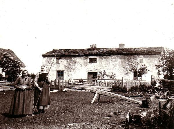 Den ursprungliga Hägdarve gård 1:3, som låg bortom Åke och Sylve Häglunds Hallute 124. Bostadshuset var det sista huset med flistak i När och revs omkring 1920 då den nuvarande byggnaden uppfördes. År 1984 slogs emellertid Hägdarve 1:3 samman med Hallute 124. Kvinnorna okända.