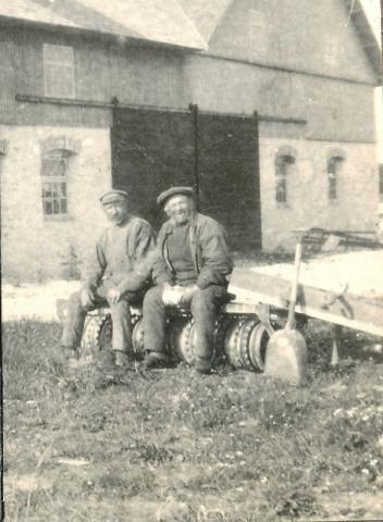Från vänster Jakob Jakobsson Kulle 862, född 1874, och Oskar Stenström Siglajvs 840, född 1858, tar en paus på en ringvält