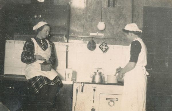 Köksarbete i Kulle 862: Hermanna Dahlgren, född 1909, och pigan Elsa Olsson Öndarve 873, född 1920.