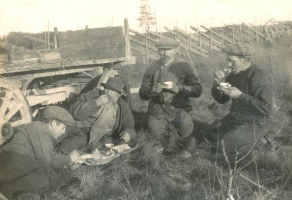 Paus efter utfört arbete: från vänster Karl-Gustav Pettersson Haltarve 253, född 1914; Karl – Kull-Kalle – Jakobsson Kulle 862, född 1878; hans bror Jakob Jakobsson Kulle 862, född 1874; samt Karl Pettersson Haltarve 253, född 1885 i Burs.