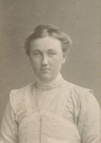Helny Larsson Maldes 328, född 1892, gift till Heffride i Burs
