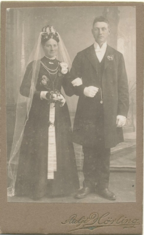 Bröllop 1913 mellan Anna Levander Liffor 267, född 1882; och Algot Nilsson Tiricker 832, född 1888.