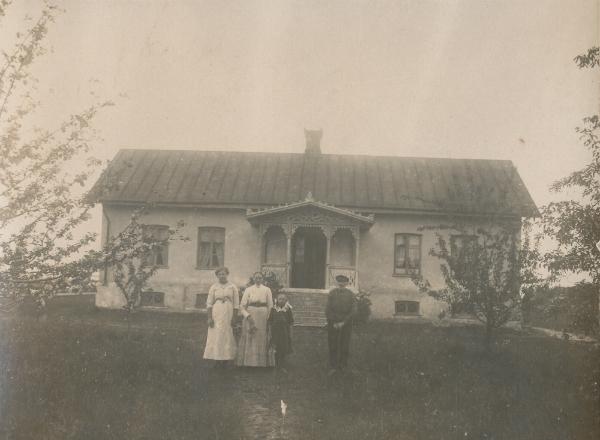 """Maldes 334: från vänster pigan Agnes Olsson Hägdarve; """"mor Kajsen"""" Katarina Fredin, född Larsdotter Kauparve Lau; Sigrid?, Gustav Fredin, född 1836 vid Frigges 339 och """"mor Kajsens"""" svärfar. Gustavs son dog tidigt. Ägare i dag är Maja Gredemark."""
