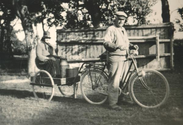 Algot Nilsson Liffor 267, född vid Tiricke 832 år 1888, skjutsade ofta sin hustru Anna, född Levander 1882, med cykel och kärra. Här är de på väg att mjölka.