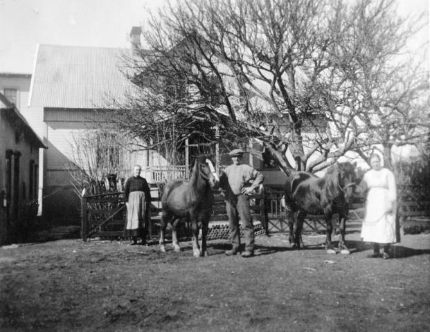 Hägdarve 403, från vänster Torsten Henrikssons farmor Hulda Pettersson, född Ingmansson i Hemse, hennes man Hjalmar Pettersson (1871), Anna Hansson Bosarve 409, född Jakobsson i Burs.