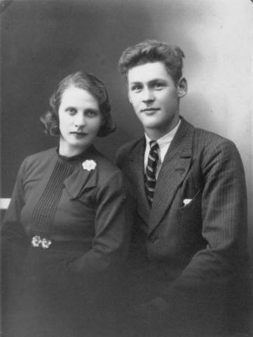 Karl Gustav – KG – Johansson vid Hemmor 223 mittemot verkstaden, född 1916, och hans hustru Lydia, född Häglund 1918 vid Hallbjänne 684; föräldrar till Ylva Selander.
