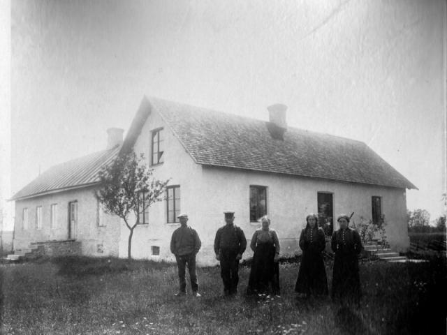 Liffor 265- Mikael Larssons gård, från vänster Olof Hallqvist (1906), född vid Pavalds 308 och senare gift med Ester Nilsson på gården, husbonden Oskar Nilsson (1874), född vid Tiricker 832, hans hustru Johanna Nilsson (1870), född Olofsdotter, döttrarna Ester Nilsson (1903), gift Hallqvist och Julia Nilsson (1897).