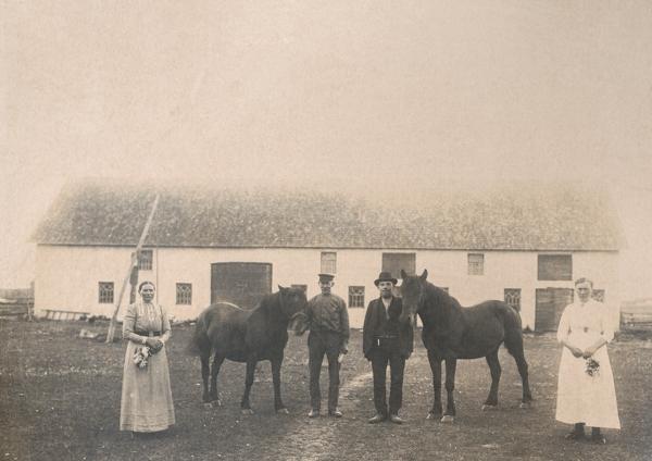 Framför ladugården vid Maldes 328: från vänster Anna Larsson, född Olofsdotter från Lye år 1864; husbonden Lars Larsson, född 1866; sonen Vilhelm Larsson, född 1895, som övertog gården; samt dottern Helny, född 1892 och gift till Heffride i Burs.