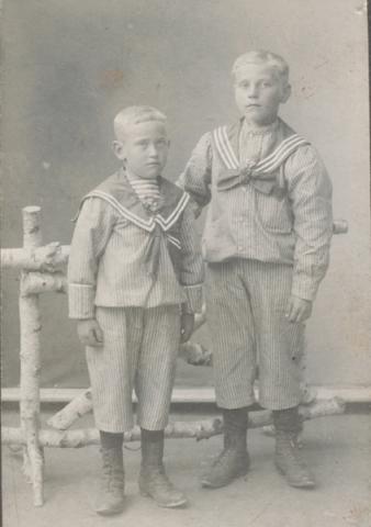 Två sorkar från Maldes 330: till höger Einar Pettersson, född 1901, som blev kvar på familjegården, medan Erik Pettersson, född 1904, på 1930-talet övertog granngården Maldes 334 och tog sig efternamnet Gredemark.