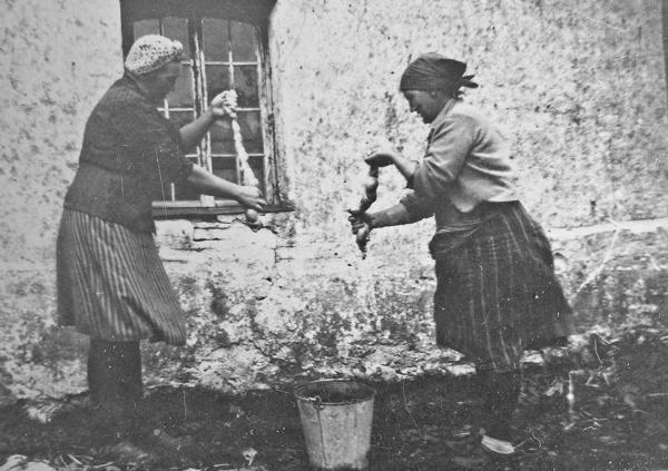 Efter slakten: Annie Larsson Smiss, född Hallqvist vid Pavals 308 år 1918; och Ella Pettersson Maldes 330, född Larsson Frigges 342 år 1904.