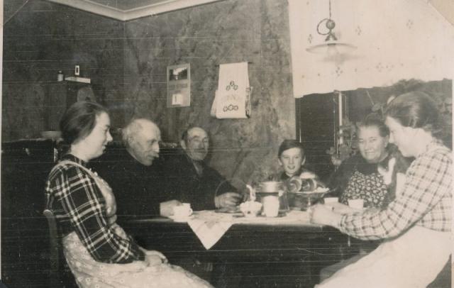 Köket i Kulle 862: från vänster Elsa Olsson, född 1920 vid Öndarve 873; Karl – Kull-Kalle – Jakobsson, född 1878; brodern Jakob Jakobsson, född 1874; dottersonen Karl-Gustav Jakobsson Siglajvs 848, född 1929, hette som gift Hägg; Augusta Jakobsson född Pettersson år 1880 vid Frigges 842; dottern i huset Hermanna Jakobsson, född 1909, gift Dahlgren.