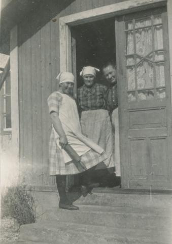 Bakning vid Kulle 862: från höger Augusta Jakobsson, född Pettersson vid Frigges 342 år 1880; Hilma Krona Pilgårds 382, född i Småland; och dottern i huset Hermanna, född 1909 och gift Dahlgren.