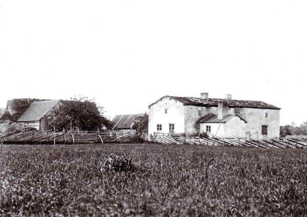 En bild från 1908 av Ture Nilssons gård Hägdarve 1:3, som låg mittemot dagens NärBodi. Dåvarande ägare var Tures farfar Karl Nilsson, född vid Hallbjärs 619 år 1841, som 1880 gifte sig med dottern på gården Brita-Lena Hansdotter, född 1850. Huset som revs ca 1920 var det sista huset i När med flistak. I dag är gården sammansluten med Hallute 124.