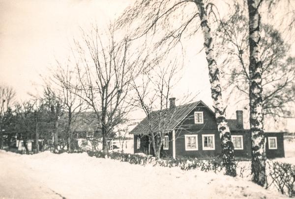 Hemmor 223 mittemot verkstaden: bilden är tagen från den tid då Karl-Gustav – KåGe – Johansson, född 1916, gift med Lydia Häglund från Hallbjänne HH född 1918, bodde i huset. KåGe utvecklade verkstadsrörelsen på andra sidan landsvägen fram till 1960 då verkstaden såldes. I dag bor KåGe:s dotterson Stefan Selander, född 1964, i huset.