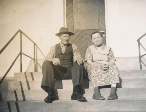 Jakob Larsson född 1890 och hustrun Anna född Jakobsson 1894 Heffride Burs på trappan vid Smiss 610.