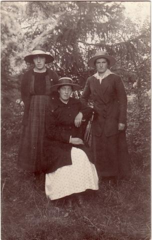 Från vänster Linda Nilsson född 1902 på Mickelgårds 393 gift Larsson och till höger står halvsystern Anna Nilsson född 1897 på Mickelgårds 393. Damen i mitten är okänd.