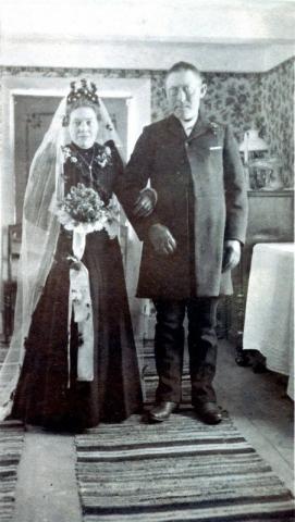 """Alvarebröllop: """"Alvre Jaku"""" Jakob Häglund Alvare 435, född 1867, gifter sig med Augusta Larsson, född 1884 vid Lie i Lau"""