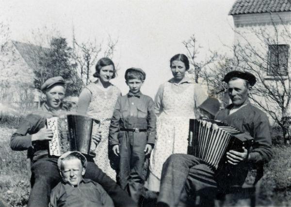 Hallbjärs 613: Från vänster Gösta Hallkvist Mickelgårds 302, född 1913 vid Pavals 308; Margit Johansson Haltarve 219, född 1918, gift Ljunggren Lau; Bertil Larsson Hallbjärs 619, född 1923, flyttade senare till Göteborg med efternamnet Eskhammar; Ester Larsson, född Pettersson år 1899 vid Frigges 345; gift med Johan – JV – Larsson Hallbjärs 613, född 1896. Liggande framför Harald Larsson Hallbjärs 619, född 1909 och gift till Rikvide 623.
