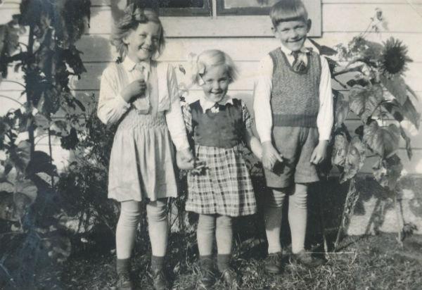 Frigges 339: Maj Pettersson, född 1939, gift Snäckerström vid Hallbjärs 613; Lizzi Pettersson, född 1941; och Rolf Pettersson, född 1937.