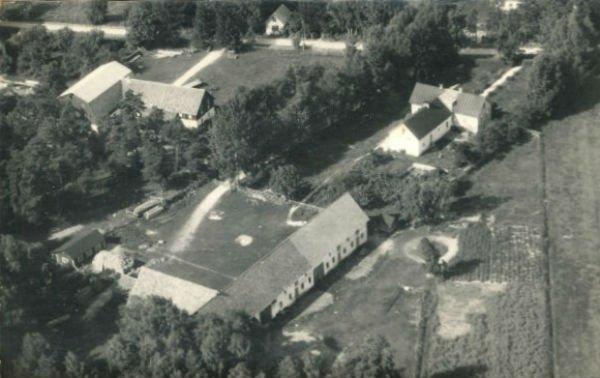 Flygfoto över Bomunds i Hammaren 514,som ägs av Ove Pettersson. Gården har varit i släktens ägo sedan början av 1700-talet. I bakgrunden syns några av ladugårdsbyggnaderna på Allan Nilssons Bomunds i Hammaren 510.