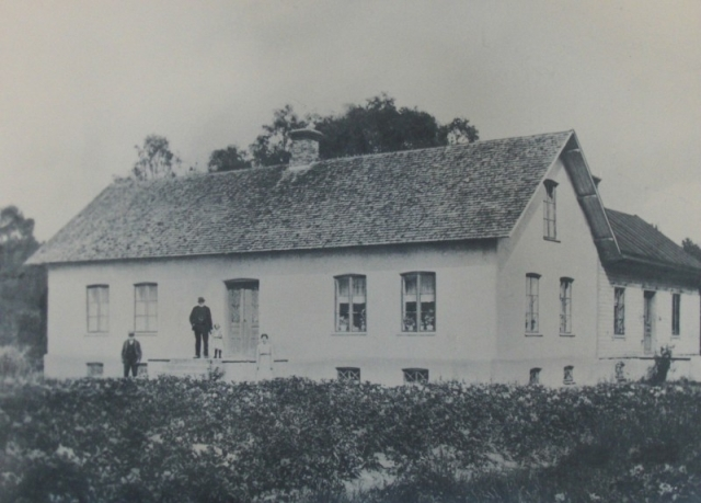 Frigges 339: från vänster Jöns Jönsson, född 1843, gift till Hallbjänne 695; brodern Johannes Jönsson, född 1849, som övertog gården efter sin far; dotterdottern Sigrid Jakobsson, född 1916; Ester Pettersson från granngården Frigges 345, född 1899
