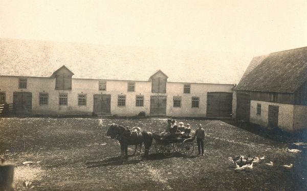 Alvare 435 ca 1920: Familjen Häglund vid Alvre Jakus häus (lada).