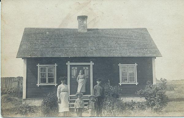 Mickelgårds 302: På trappan mormor Olivia Olofsdotter, född 1852; nedanför dottern Berta Olofsdotte,r född 1885 gift till Pavals 308 med sönerna Gösta Hallqvist, född 1913, som övertog Mickelgårds 302; Villy, född 19,15 som blev ägare till Pavals 308; samt Olof född 1906, som blev bonde på Liffor 265. Nuvarande ägare är sonsonen till Gösta, Kent Hallqvist.