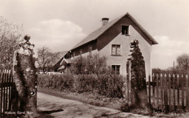 Hallute 124: Bild av gamla Hallute gård (Häglunds) som revs 1966 och ersattes av ett nybyggt hus mitt emot dagens Närbodi. Grindstolparna är från medeltiden och uppges vara från samma tid som När kyrka.