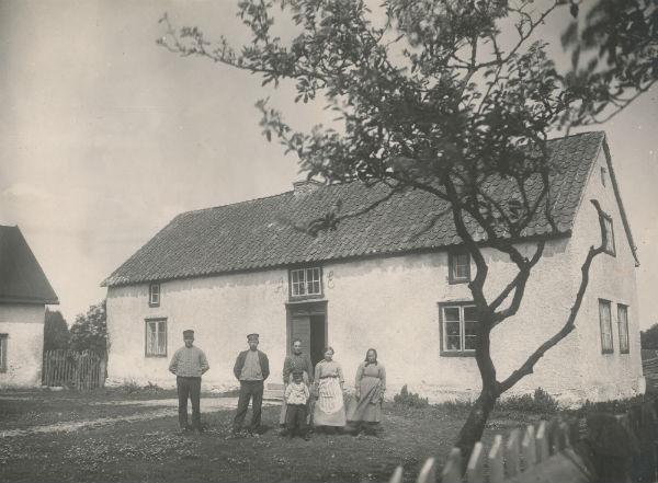 Framför Herman Jakobssons gård vid Frigges 344 år 1918: Från vänster Karl Jakobsson, född 1893; brodern Jakob Jakobsson, född 1873 med hustru Vendla från Lau och sonen Herman, född 1911, som senare övertog gården efter sin far; piga; samt Jakobs och Karls mor Anna-Stina Nilsdotter, född 1854.