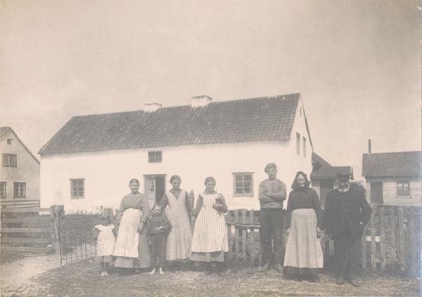 Frigges Svantes – Frigges 342: Från vänster Karolina Johansdotter, född 1870, med barnen Hilda, född 1913, till vänster och gift Larsson vid Rikvide 623; och Olof Larsson, född 1911; döttrarna Vendla, född 1900 och gift Jakobsson Bote 556; och Ella, född 1904, gift Pettersson vid Maldes 330; drängen Emrik Pettersson samt Karolinas föräldrar Magdalena Olofsdotter, född 1847, och Johan Pettersson, född 1843 från Liffor 265. Karolinas man Karl Larsson omkom i den svåra olyckan i december 1915 men Johan Pettersson levde till 1920 och var till stor hjälp på gården.