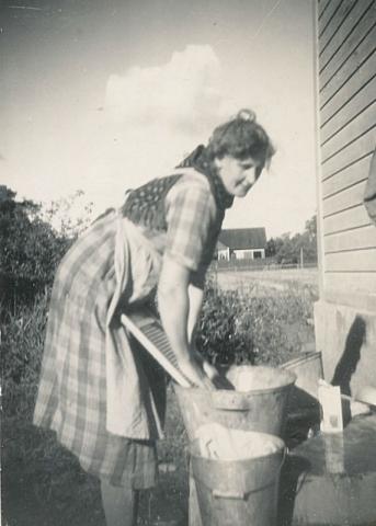 Lång Allans mamma Alva Nilsson Bomunds i Hammaren 510, född 1914, tvättar
