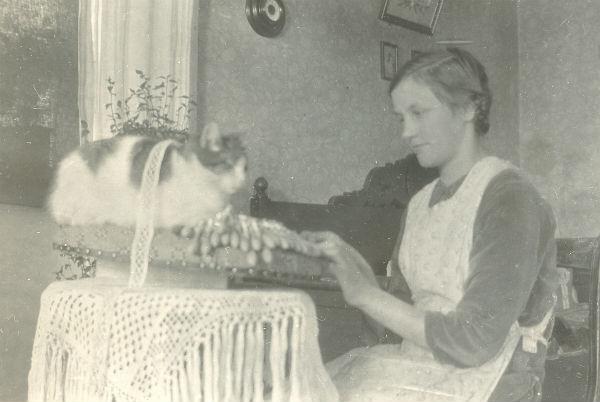 Sigrid Pettersson, född Jakobsson vid Frigges 339 år 1916, vid knyppeldynan.