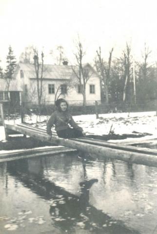 Klockarspången vid församlingshemmet. Klockaren bodde i fastigheten på andra sidan Närsån vid församlingshemmet och använde spången för att snabbt kunna ta sig till kyrkan. På bilden dottern Amalia – Malla – Jakobsson Hallute 146, född 1928.